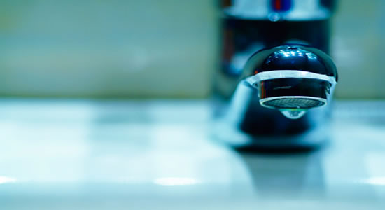 Suspensión de agua por falta de pago, casos donde debe garantizarse 50 litros por persona diarios